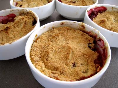 crumble aux pommes et framboises recette desserts supertoinette. Black Bedroom Furniture Sets. Home Design Ideas
